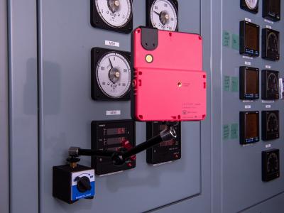 受電室の電力量計(アナログ)